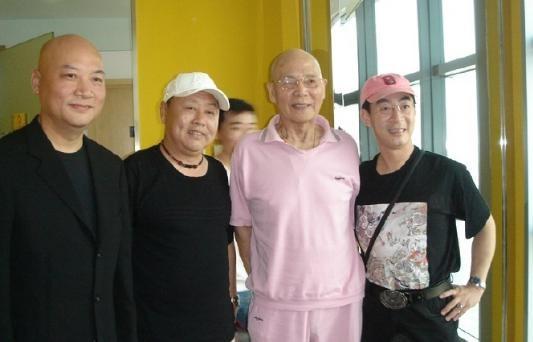 """showbiz 24/7: xuc dong """"ton ngo khong"""" tuong nho """"sa tang"""" - 1"""