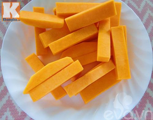 Bí đỏ xào trứng vịt muối đơn giản mà ngon-3