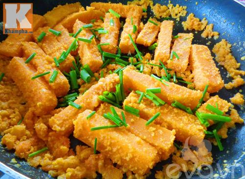 Bí đỏ xào trứng vịt muối đơn giản mà ngon-7