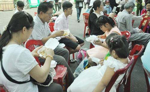 """tphcm: dan xep hang dai cho thuong thuc banh chung """"khung"""" - 14"""