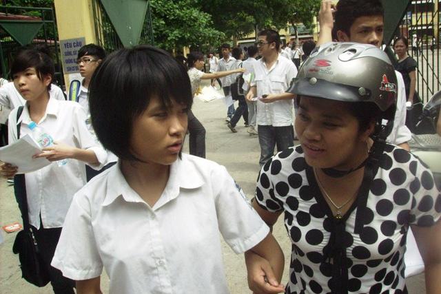tuyen sinh lop 10 tai ha noi: phu huynh phai viet don neu con khong du thi - 1