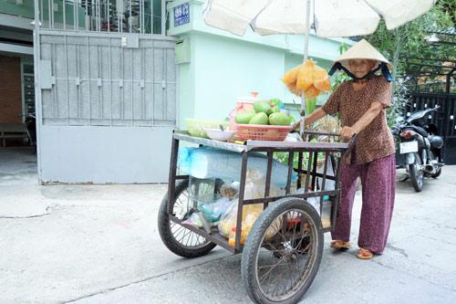 me 81 tuoi day hang rong, ngu ngoai duong lo tien chay than cho con - 1