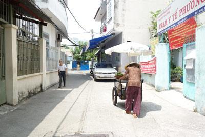me 81 tuoi day hang rong, ngu ngoai duong lo tien chay than cho con - 2
