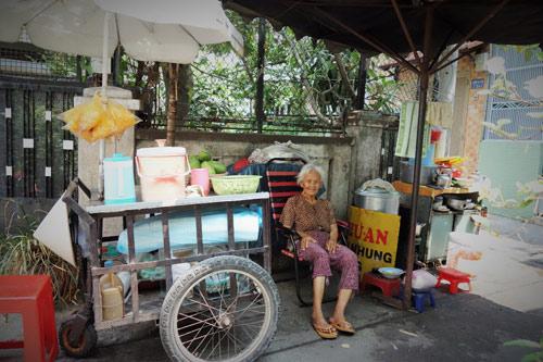 me 81 tuoi day hang rong, ngu ngoai duong lo tien chay than cho con - 3