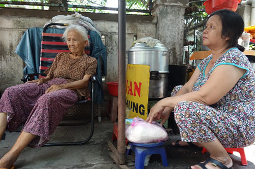 me 81 tuoi day hang rong, ngu ngoai duong lo tien chay than cho con - 6