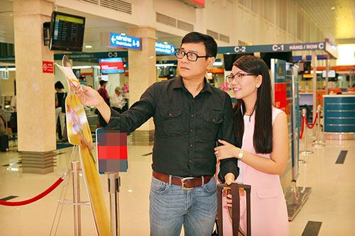 Hoàng Phúc và vợ đẹp đôi, thắm thiết ở sân bay-6