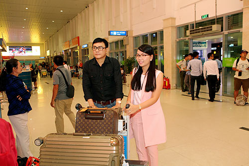 Hoàng Phúc và vợ đẹp đôi, thắm thiết ở sân bay-2