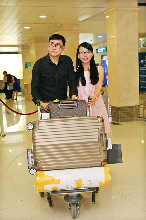 Hoàng Phúc và vợ đẹp đôi, thắm thiết ở sân bay-1