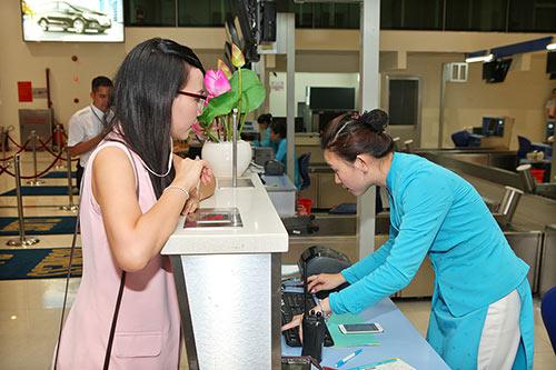 Hoàng Phúc và vợ đẹp đôi, thắm thiết ở sân bay-3