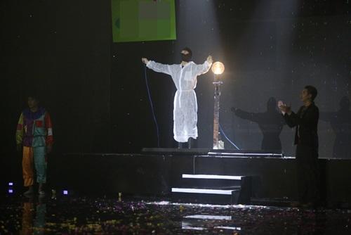 Nghệ sĩ điếng hồn vì tiết mục điện giật trên sân khấu hài-7