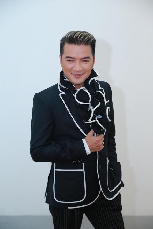 Mr Đàm nắm tay Hồ Ngọc Hà thì thầm trên sân khấu-1