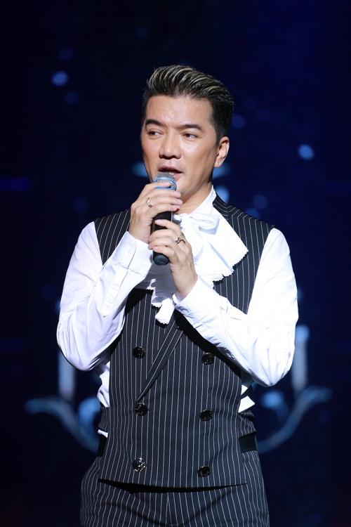 Mr Đàm nắm tay Hồ Ngọc Hà thì thầm trên sân khấu-12