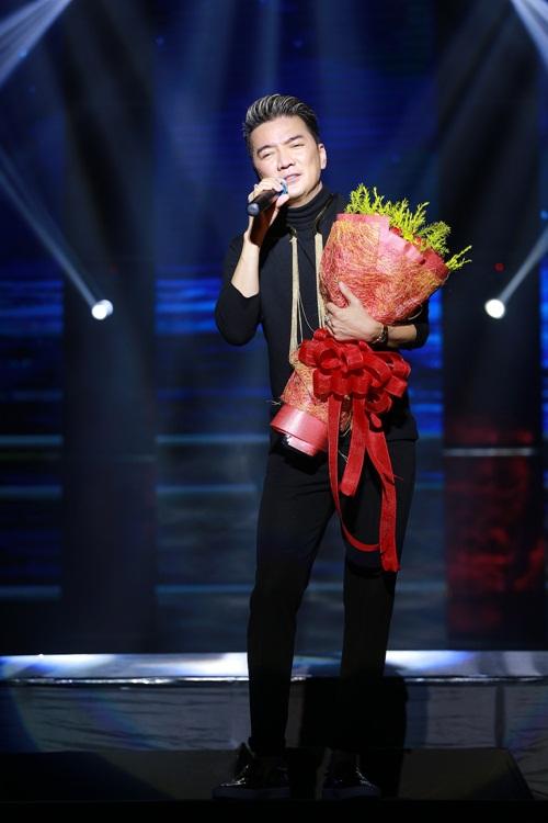 Mr Đàm nắm tay Hồ Ngọc Hà thì thầm trên sân khấu-13