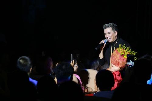 Mr Đàm nắm tay Hồ Ngọc Hà thì thầm trên sân khấu-14