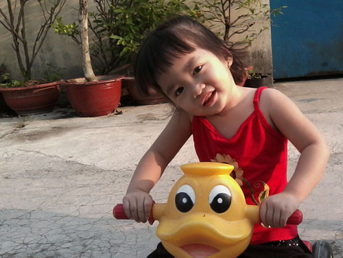 nguyen ngoc bao han - ad50689 - co be hay cuoi - 1
