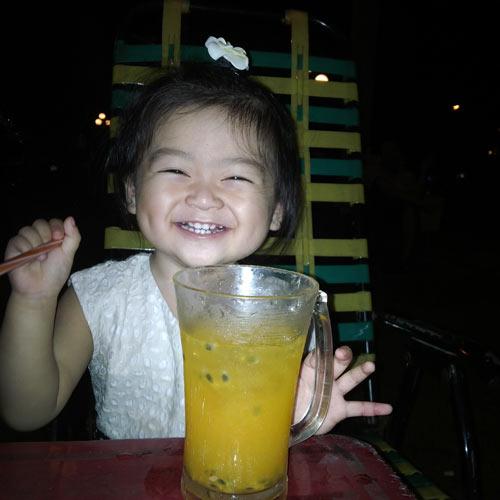 vo phan bao nhu - ad10392 - co be hoa dong - 3