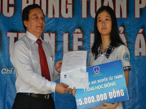 Nữ sinh câm điếc được trao học bổng và lo công việc tương lai-1