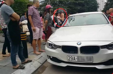 Bố dùng búa đập vỡ kính xe BMV để giải cứu con gái-1