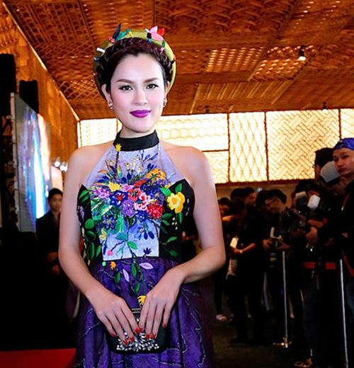 Á hậu Phương Lê khoe vai trần nuột nà với áo yếm-3