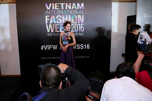 Á hậu Phương Lê khoe vai trần nuột nà với áo yếm-5