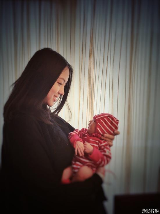 Hoa hậu Trương Tử Lâm lần đầu khoe ảnh con gái-1