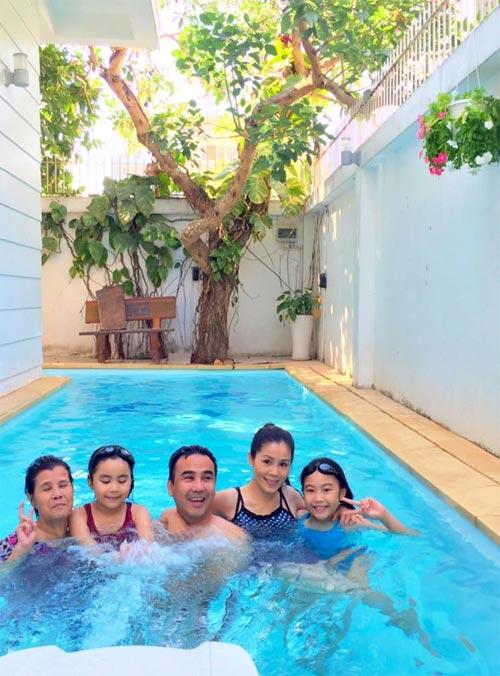 Chồng Thu Minh ôm trọn hai mẹ con dưới bể bơi-8