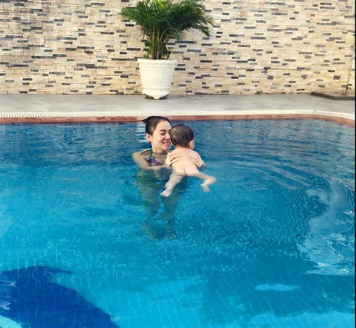 Chồng Thu Minh ôm trọn hai mẹ con dưới bể bơi-2