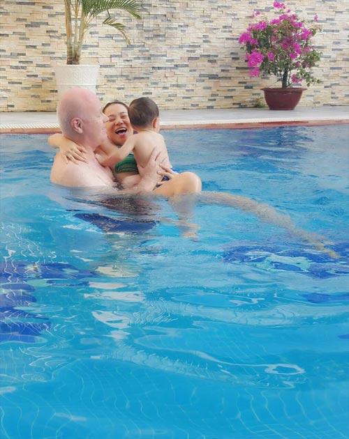 Chồng Thu Minh ôm trọn hai mẹ con dưới bể bơi-1