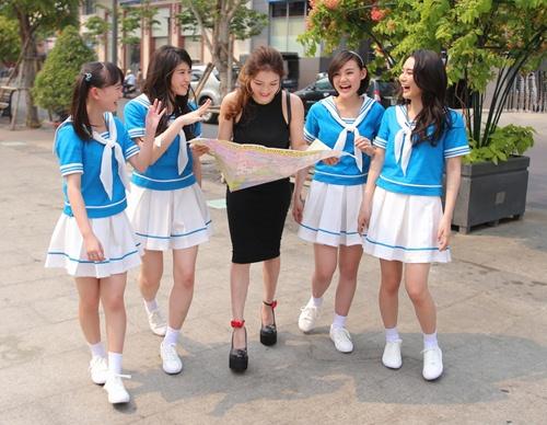 Thủy Top dẫn nhóm nhạc Nhật Bản đi khám phá Sài Gòn-1