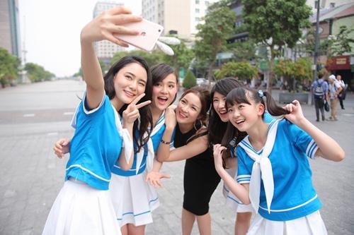 Thủy Top dẫn nhóm nhạc Nhật Bản đi khám phá Sài Gòn-3