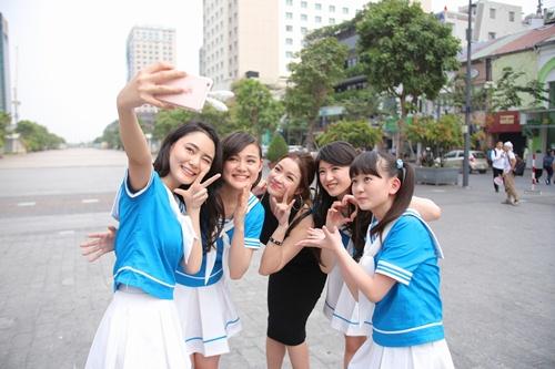 Thủy Top dẫn nhóm nhạc Nhật Bản đi khám phá Sài Gòn-4