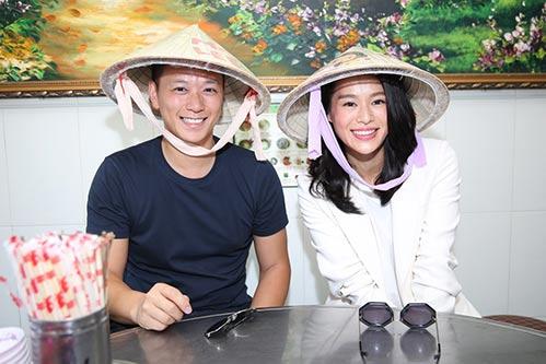 Vợ chồng Hồ Hạnh Nhi đội nón lá đi ăn phở-1