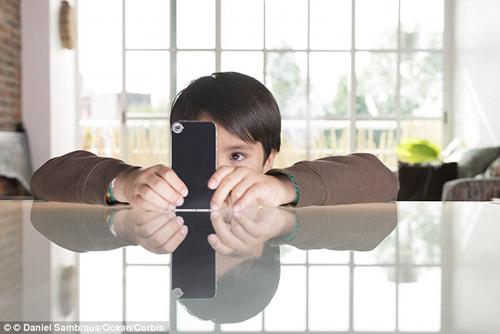 tre nghien smartphone de bi lac mat - 1