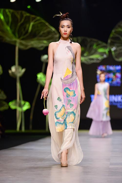 Hoàng Thùy trình diễn váy dát vàng thật tại Tuần thời trang Quốc tế-14