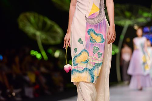 Hoàng Thùy trình diễn váy dát vàng thật tại Tuần thời trang Quốc tế-15