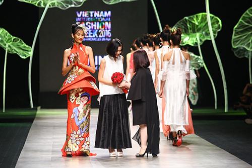 Hoàng Thùy trình diễn váy dát vàng thật tại Tuần thời trang Quốc tế-20