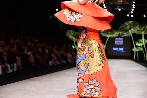 Hoàng Thùy trình diễn váy dát vàng thật tại Tuần thời trang Quốc tế-3