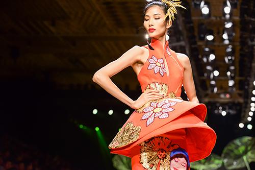 Hoàng Thùy trình diễn váy dát vàng thật tại Tuần thời trang Quốc tế-2