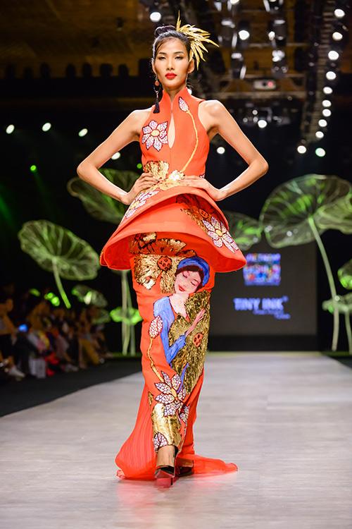 Hoàng Thùy trình diễn váy dát vàng thật tại Tuần thời trang Quốc tế-1