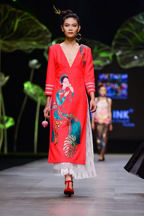 Hoàng Thùy trình diễn váy dát vàng thật tại Tuần thời trang Quốc tế-6