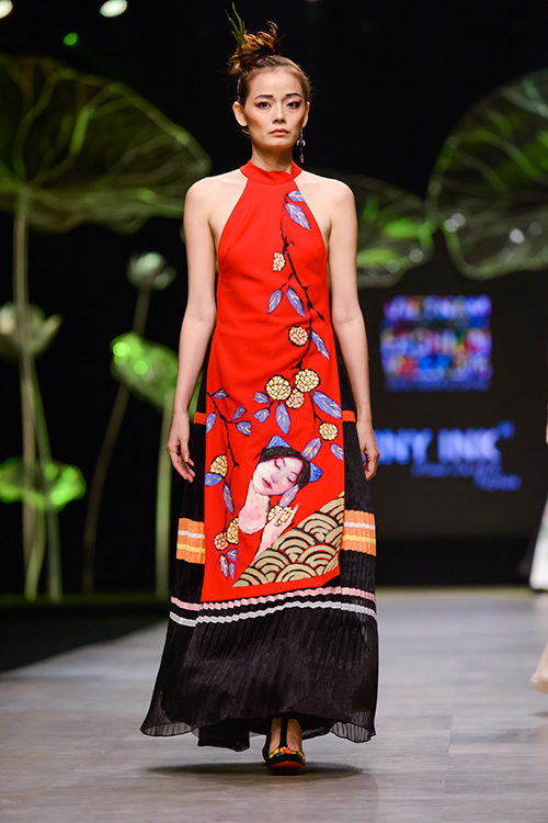 Hoàng Thùy trình diễn váy dát vàng thật tại Tuần thời trang Quốc tế-19