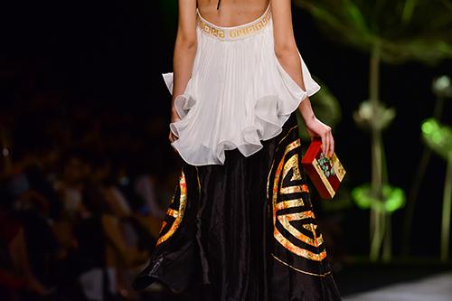 Hoàng Thùy trình diễn váy dát vàng thật tại Tuần thời trang Quốc tế-18
