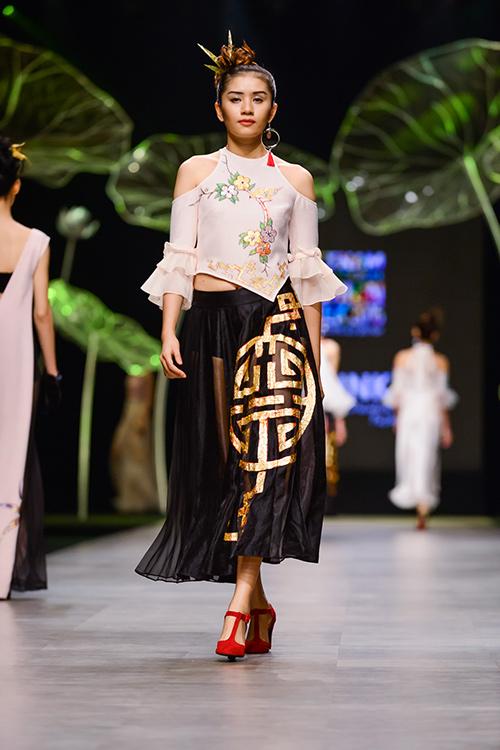 Hoàng Thùy trình diễn váy dát vàng thật tại Tuần thời trang Quốc tế-17
