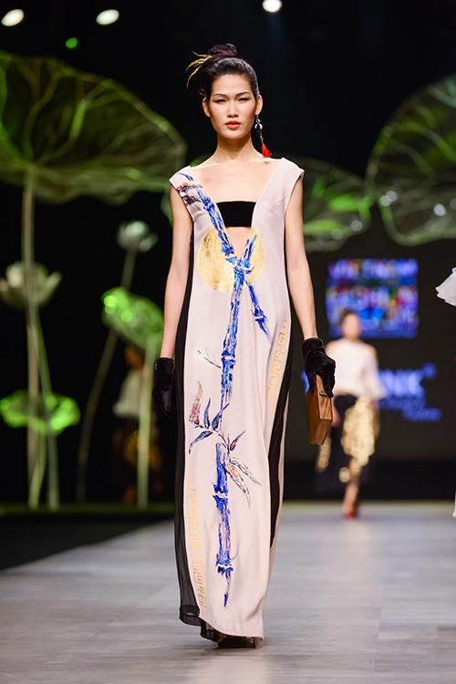 Hoàng Thùy trình diễn váy dát vàng thật tại Tuần thời trang Quốc tế-16