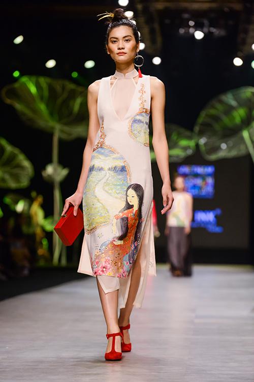 Hoàng Thùy trình diễn váy dát vàng thật tại Tuần thời trang Quốc tế-7