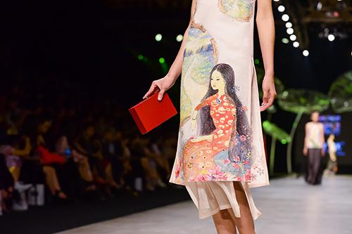 Hoàng Thùy trình diễn váy dát vàng thật tại Tuần thời trang Quốc tế-8