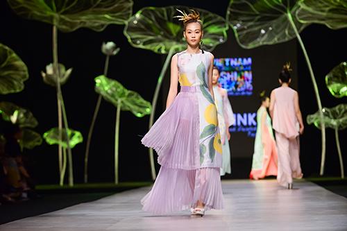 Hoàng Thùy trình diễn váy dát vàng thật tại Tuần thời trang Quốc tế-10