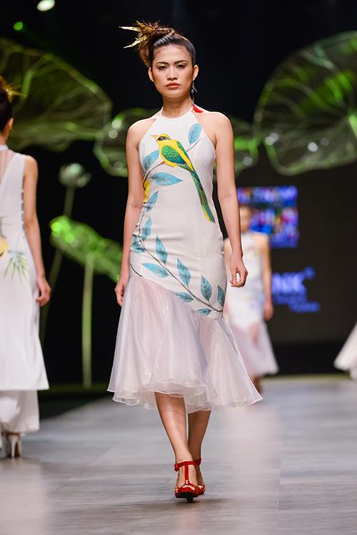 Hoàng Thùy trình diễn váy dát vàng thật tại Tuần thời trang Quốc tế-11
