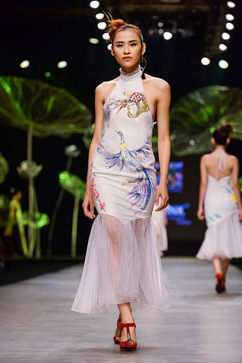 Hoàng Thùy trình diễn váy dát vàng thật tại Tuần thời trang Quốc tế-13