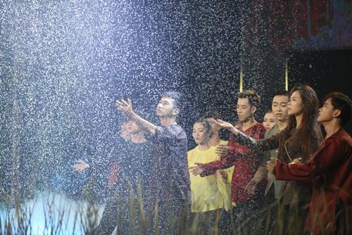 Phương Thanh rơi lệ vì chàng bộ đội ướt sũng trên sân khấu-2